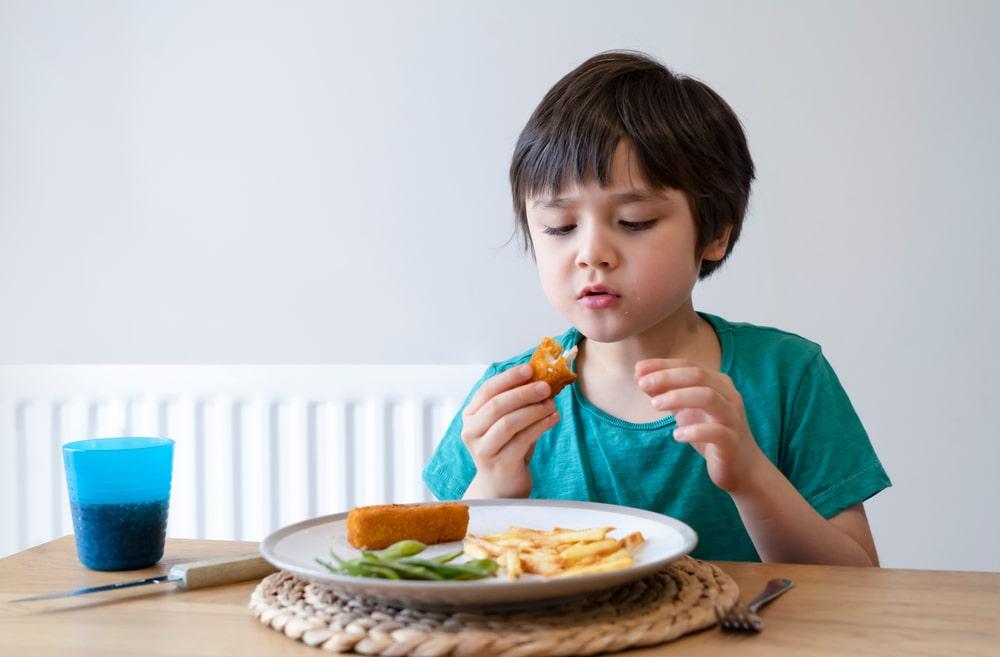 نصائح للتعامل مع رفض طفل التوحد للطعام